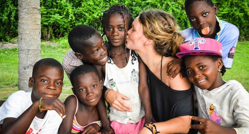 8_Elfenbeinküste_B52_Elfenbeinkueste_mit_den_Dorf_Kids