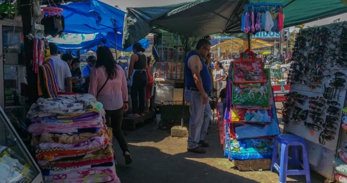 Markt beim Bahnhof in Santa Cruz