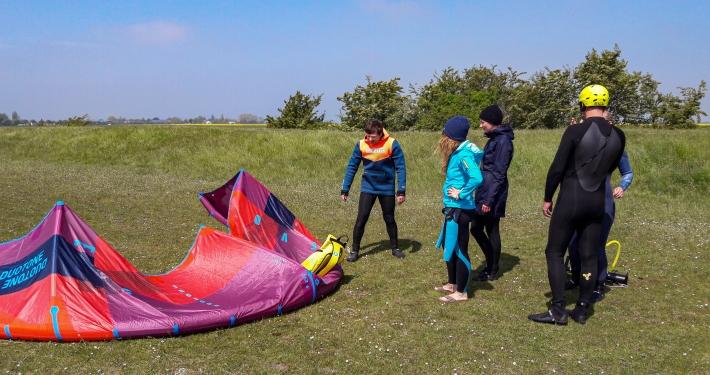 Kitesurfen lernen: Anfänger-Kurs bei den Windgeistern auf Fehmarn Kitesurfen