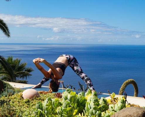 Vorbeuge im Yoga Urlaub