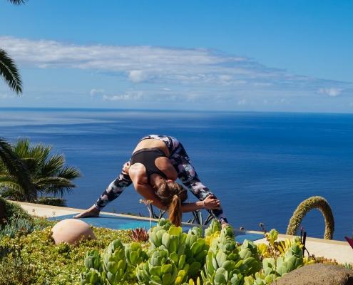 Flankendehnung im Yoga Urlaub