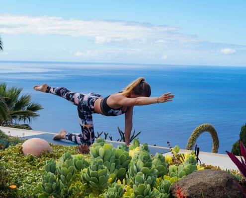 einarmiger Vierfüßler im Yoga Urlaub