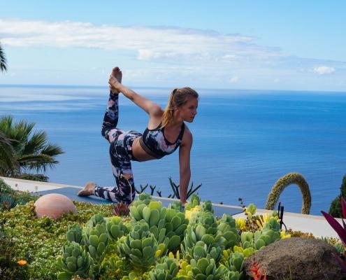Tänzer auf Knien im Yoga Urlaub