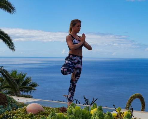Baum Pose im Yoga Urlaub