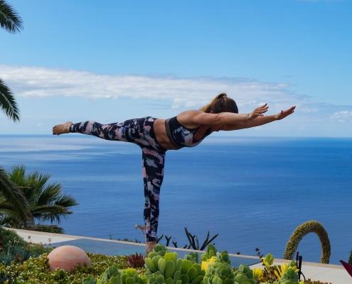 Krieger 3 Pose im Yoga Urlaub