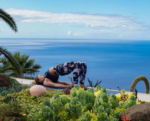 Schulterbrücke im Yoga Urlaub