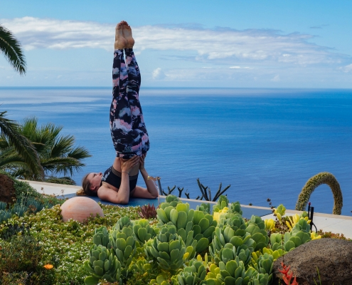Schulterstand im Yoga Urlaub