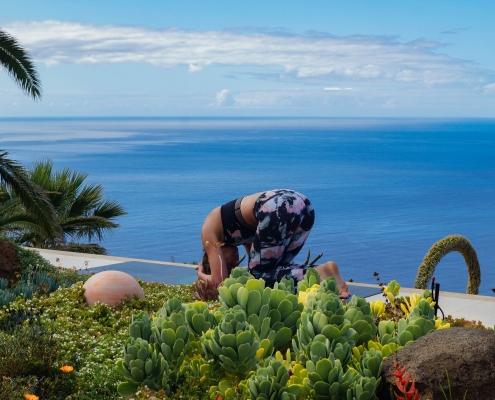 Weg in den Kopfstand im Yoga Urlaub