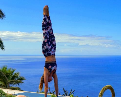 Handstand im Yoga Urlaub