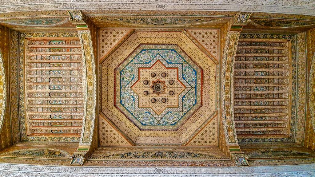 Bunte Decke im Bahia Palast in Marrakesch