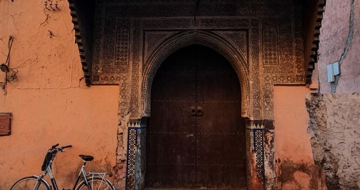 Altes Haus und Fahrrad in Marrakesch