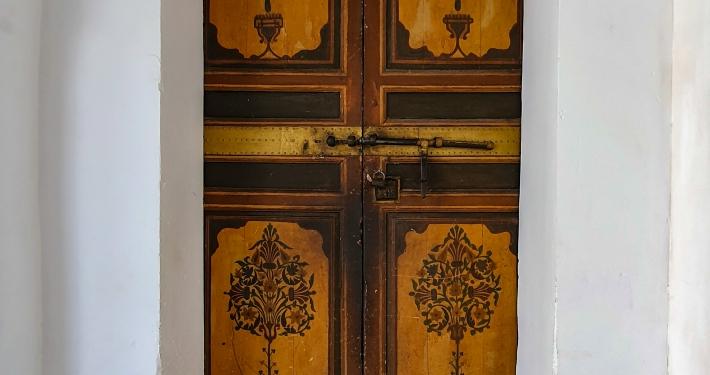 Kunstvolle Tür im Bahia Palast in Marrakesch
