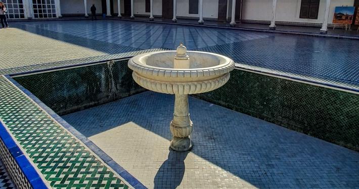 Innenhof mit Brunnen im Bahia Palast in Marrakesch