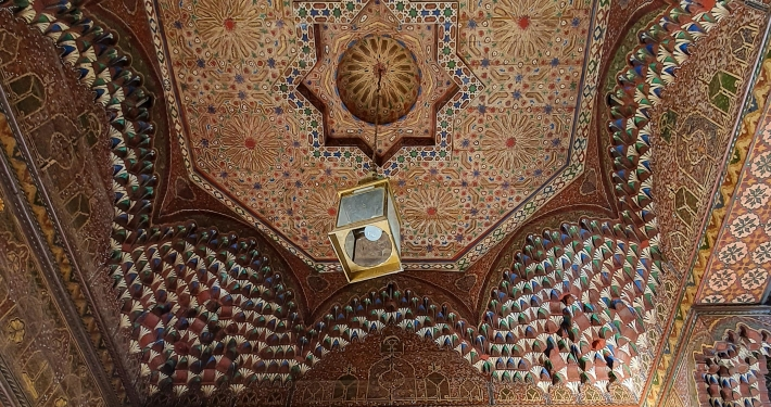 Verzierte Decke im Bahia Palast in Marrakesch