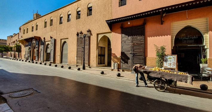 Obstwagen in Straße in Marrakesch