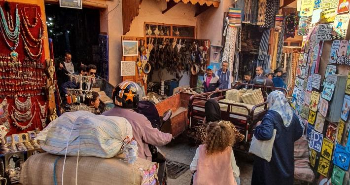 Stau in einer Gasse in Marrakesch