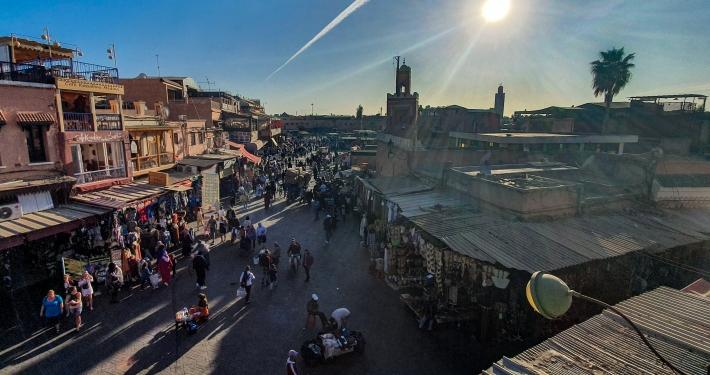 Blick auf den Djemaa el-Fna in Marrakesch