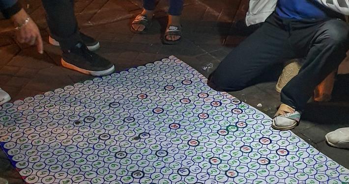 Glücksspiel auf dem Djemaa el-Fna in Marrakesch