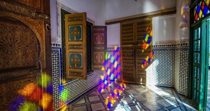 Bunte Glasfenster im Bahia Palast Marrakesch