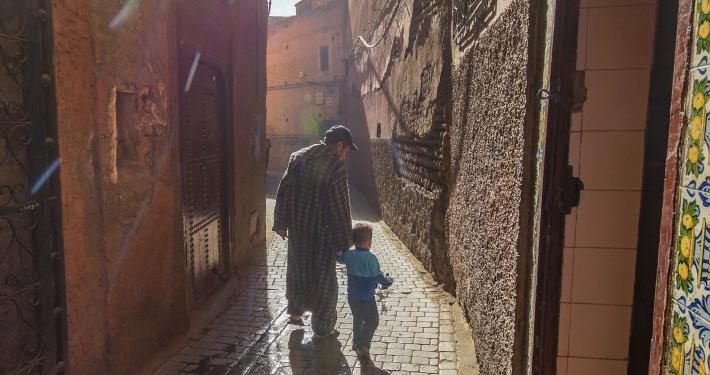 Vater und Sohn in enger Gasse in Marrakesch