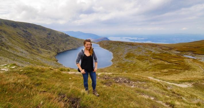 Blick von der Bergkuppe auf den Devil's Punch Bowl im Killarney National Park