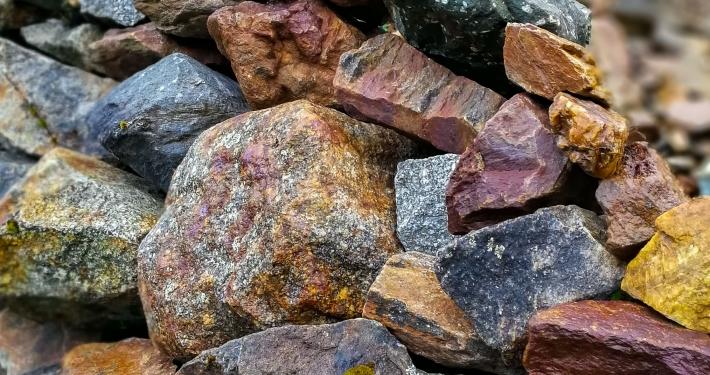 Steine an der Humantay Lagoon
