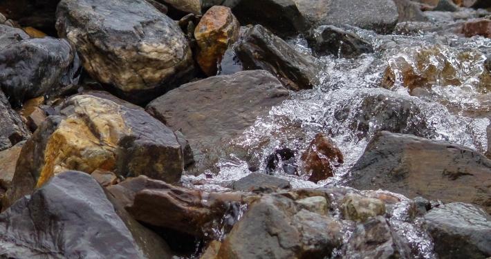 Bach auf dem Weg zur Weg zur Humantay Lagoon