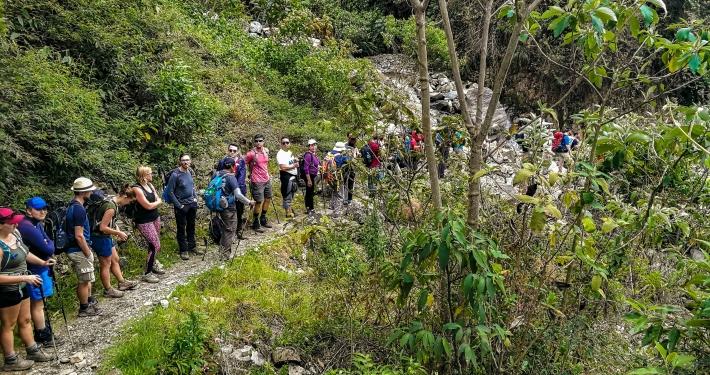 Schlangestehen vor Flussüberquerung am Salkantay Trek