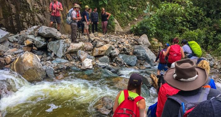 Schlangestehen vor Flussüberquerung beim Salkantay Trek