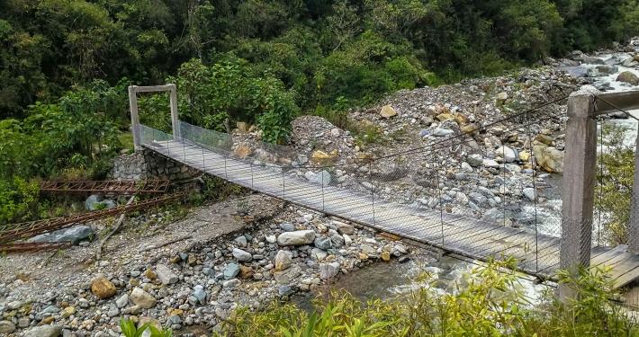 Hängebrücke über den Lluskamayu Fluss Salkantay Trek