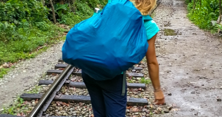 Zu Fuß auf den Schienen am Salkantay Trek