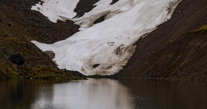 Schnee an der Humantay Lagoon
