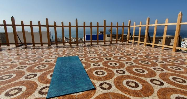 Yoga auf der Dachterrasse des Dar Surf