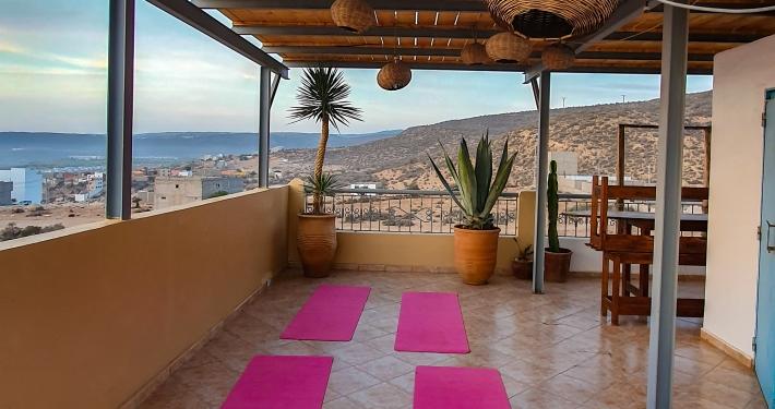 Yoga auf der Dachterrasse vom Surf Soul Adventure