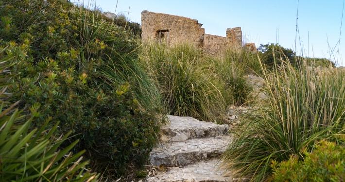 Stufen zum Wachturm Talaia d'Albercutx
