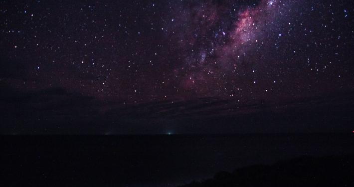Nachthimmel über dem Meer in Mosambik
