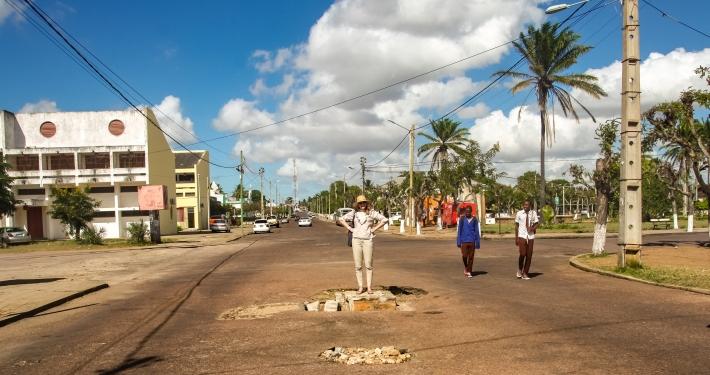 Typisches Schlagloch in Mosambik