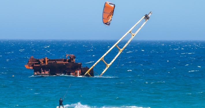 Kitesurfer am Bloubergstrand Südafrika