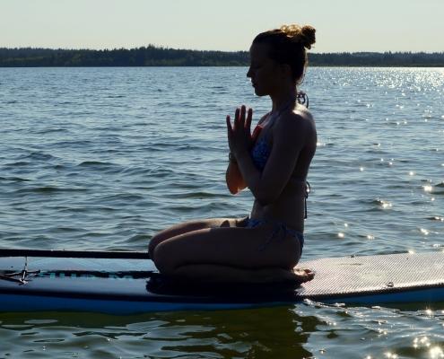 SUP Yoga: 20 Übungen und Tipps für das Stand-Up-Paddle-Board SUP Yoga