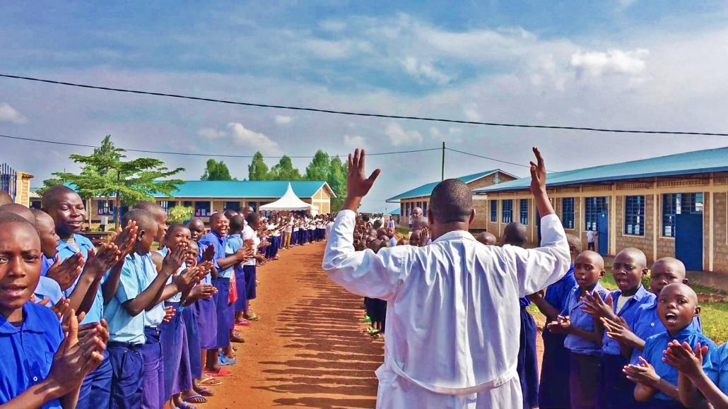 Geschichten aus Ruanda Teil 1: Fly and Help und wie man eine Schule in Ruanda baut Fly and Help