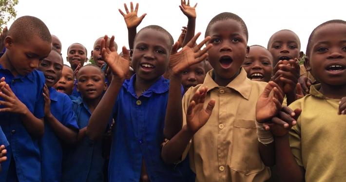 Schüler in Ruanda mit Fly and Help