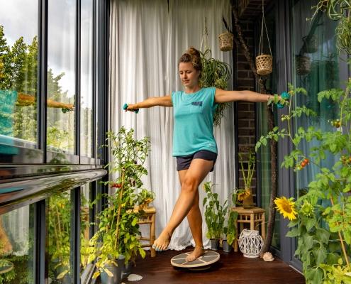 Einbeinige Kniebeuge auf dem Balance Board 1