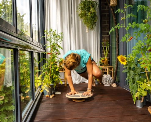 Plank mit Beinzug auf dem Balance Board 2
